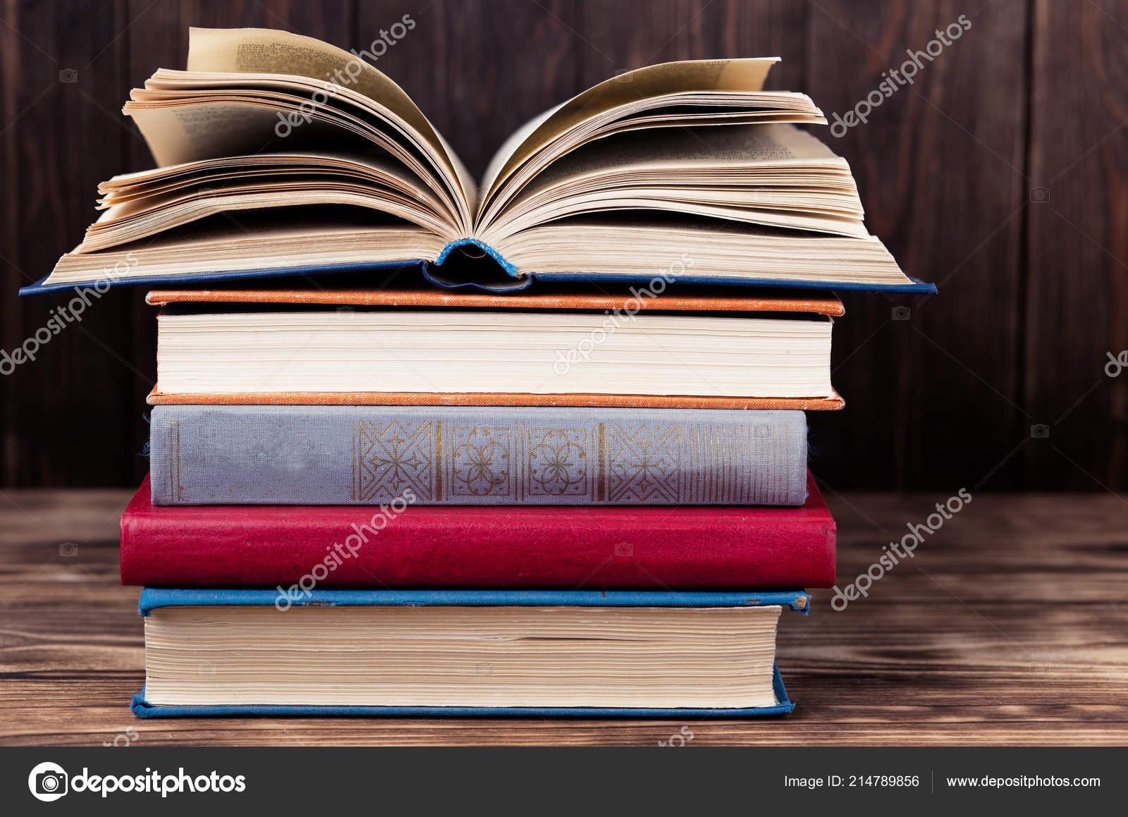 Libro Abierto Viejo Pila Libros Antiguos Sobre Fondo Madera Foto