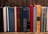 Řada starých historických knih o dřevěné pozadí