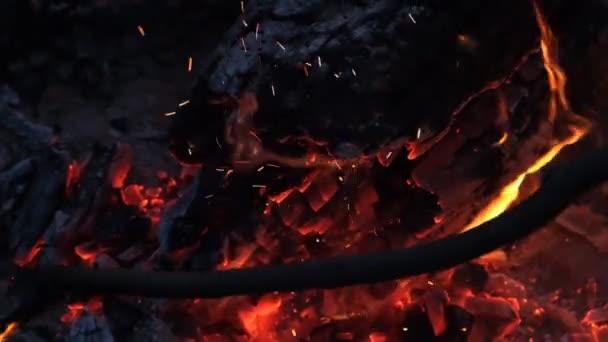 Vynikající uspokojení v těsné blízkosti dřeva hoří oranžovým ohněm v útulném prostředí s krbem. Venkovský život. Hořící dřevo v kamenném ohni od ohnivé cihly. 4k.