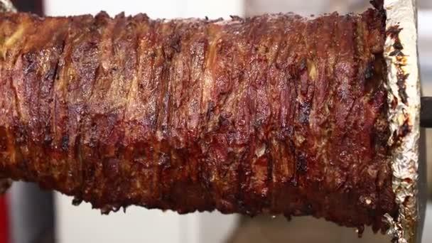 Zblízka hovězí maso turecký Döner kebab, řecký gyros nebo arabský shawarma, pečené a uzené v grilu nad gril char, nízký úhel boční pohled