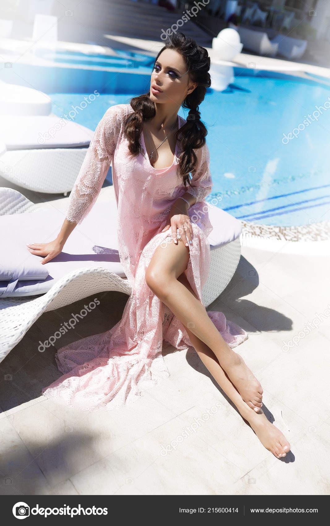 78725bc9d841 Hot Μελαχρινή Κάθεται Στην Ξαπλώστρα Στη Σύντομη Φως Φόρεμα Ροζ ...