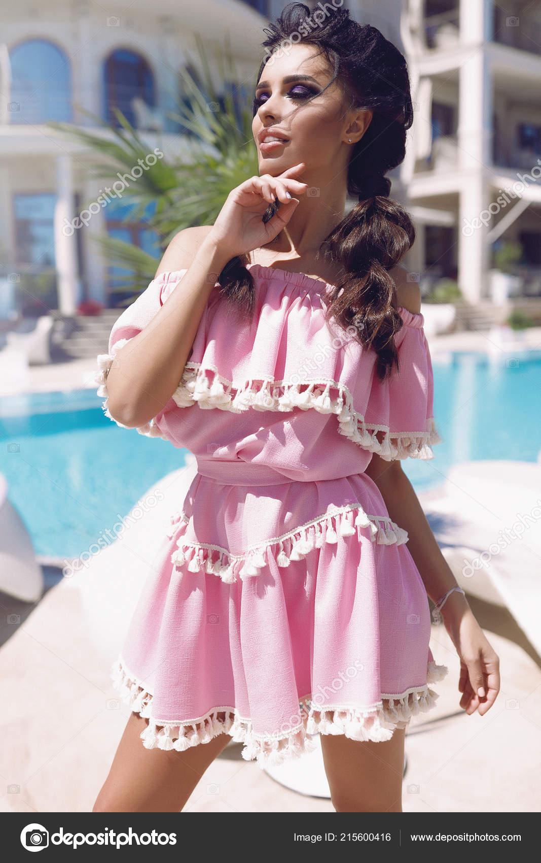 28ff509bfb4e Μοντέλο Στέκεται Δίπλα Στην Πισίνα Στο Σύντομο Φόρεμα Ροζ Χέρι ...