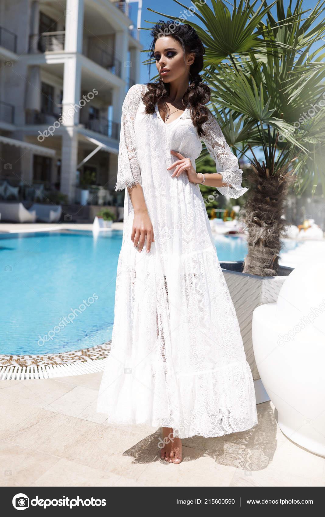 193b2279904a Πανέμορφο Νεαρή Γυναίκα Στο Λευκό Φως Φόρεμα Καλοκαίρι Ζεστό Brades ...