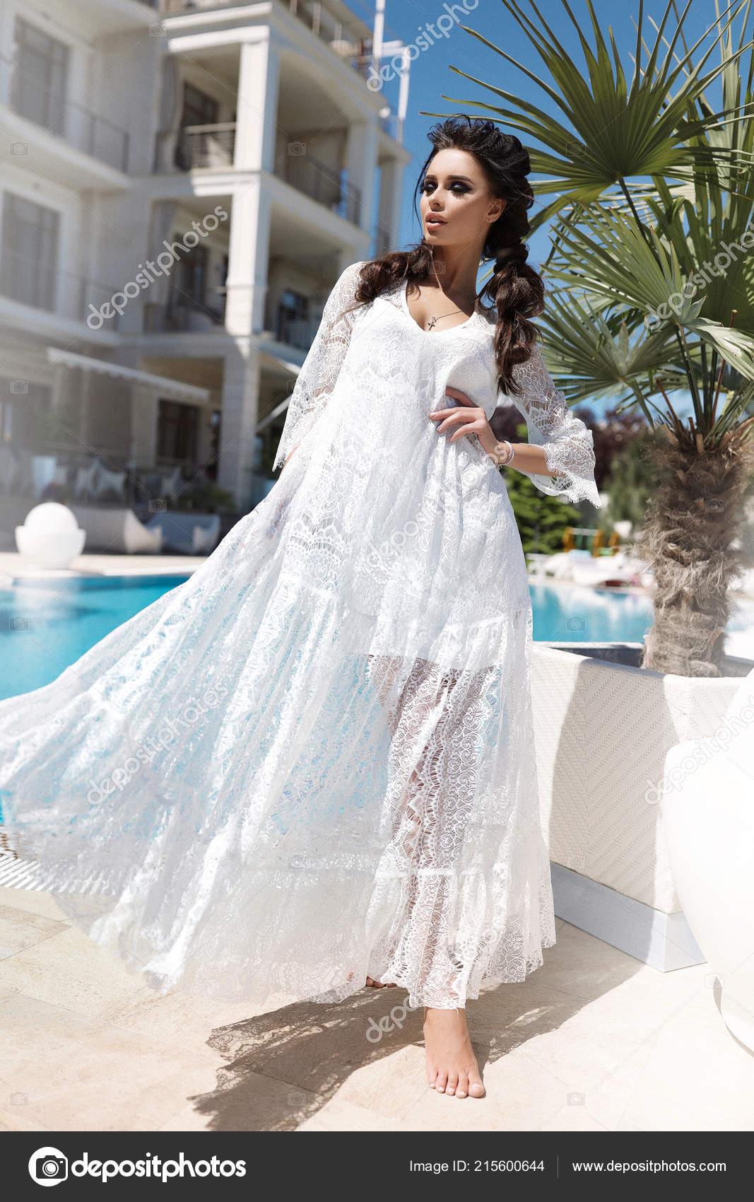 9b0e0323f81e Έκρυβαν Γυναίκα Στο Λευκό Φως Φόρεμα Καλοκαίρι Ζεστό Brades Στέκεται ...