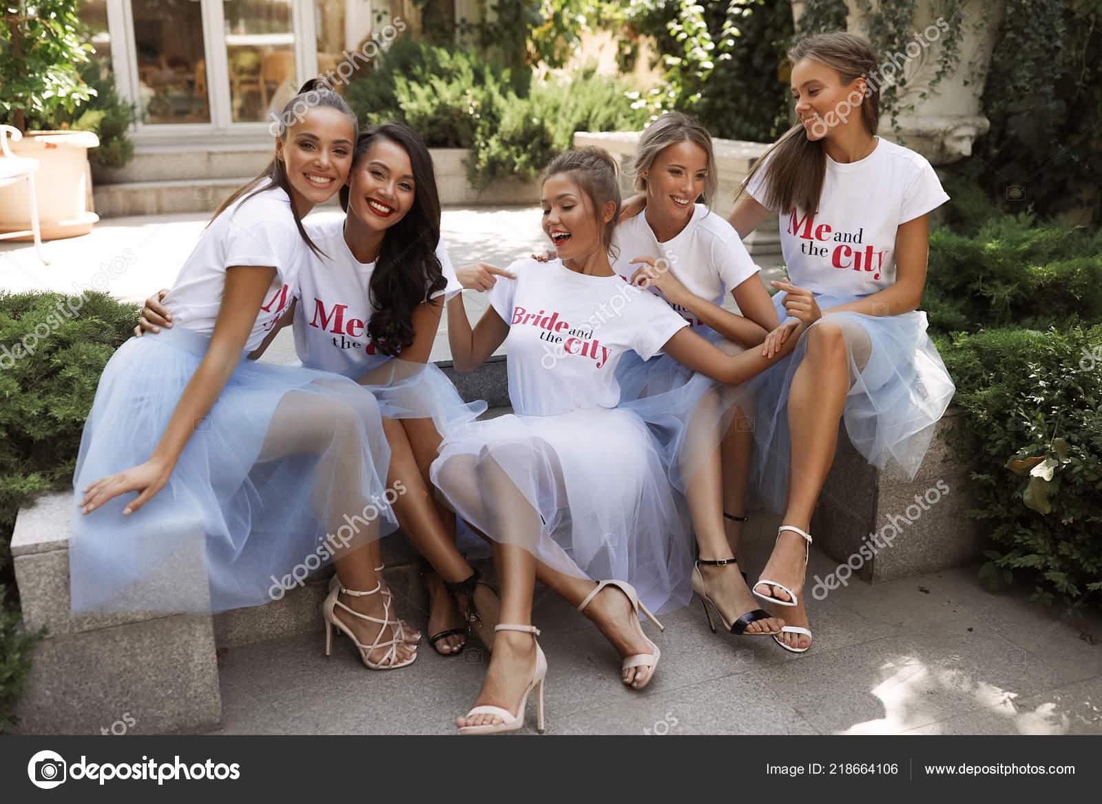 6d5c1a6a57e9 Σέξι Κοπέλες Στο Φως Μπλε Και Λευκό Shirts Φούστες Τίτλο — Φωτογραφία  Αρχείου