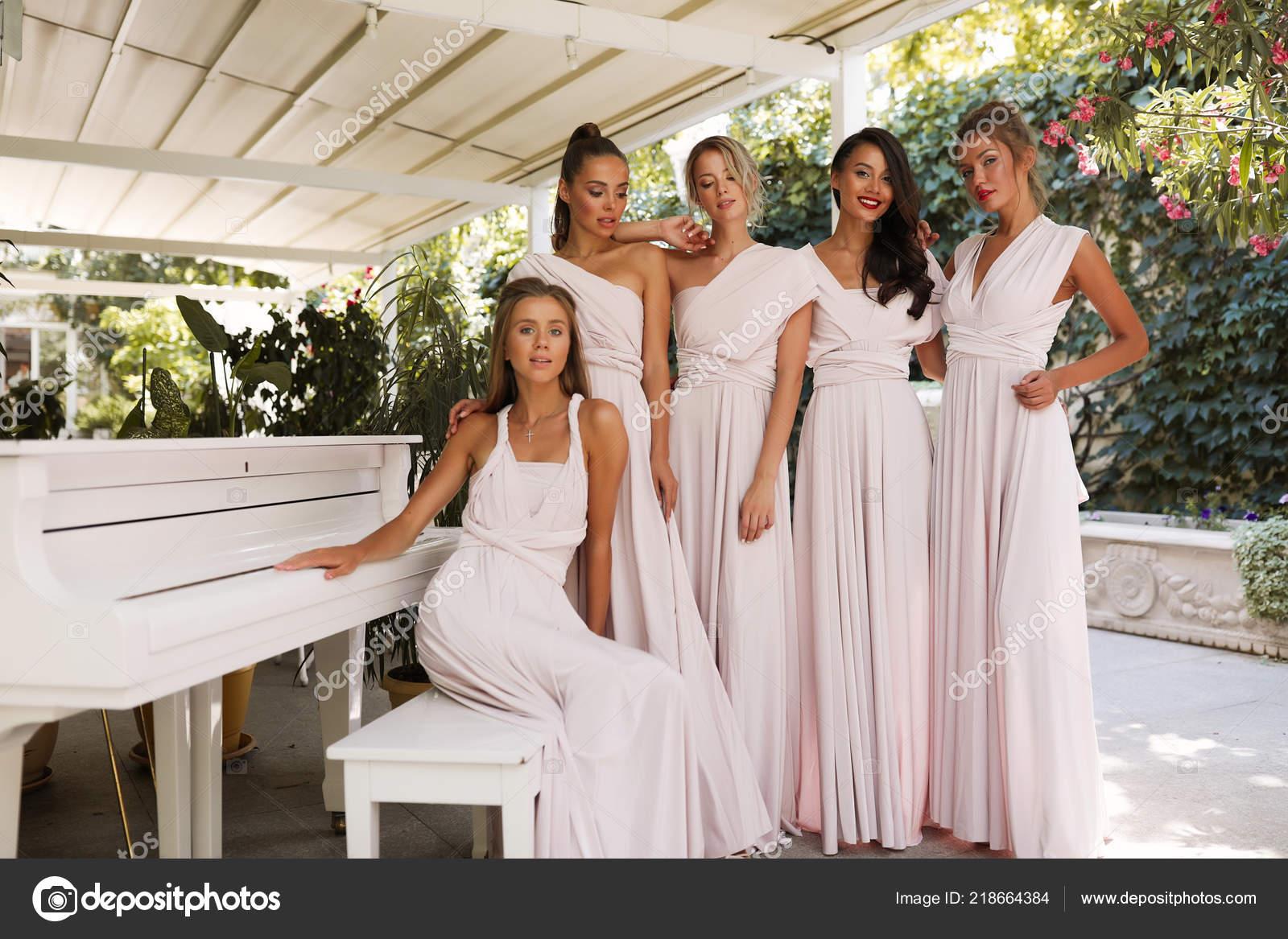 a7837dd37f53 Τρυφερό Θηλυκό Κυρίες Στο Φως Ροζ Φορέματα Στέκεται Κοντά Πιάνο — Φωτογραφία  Αρχείου