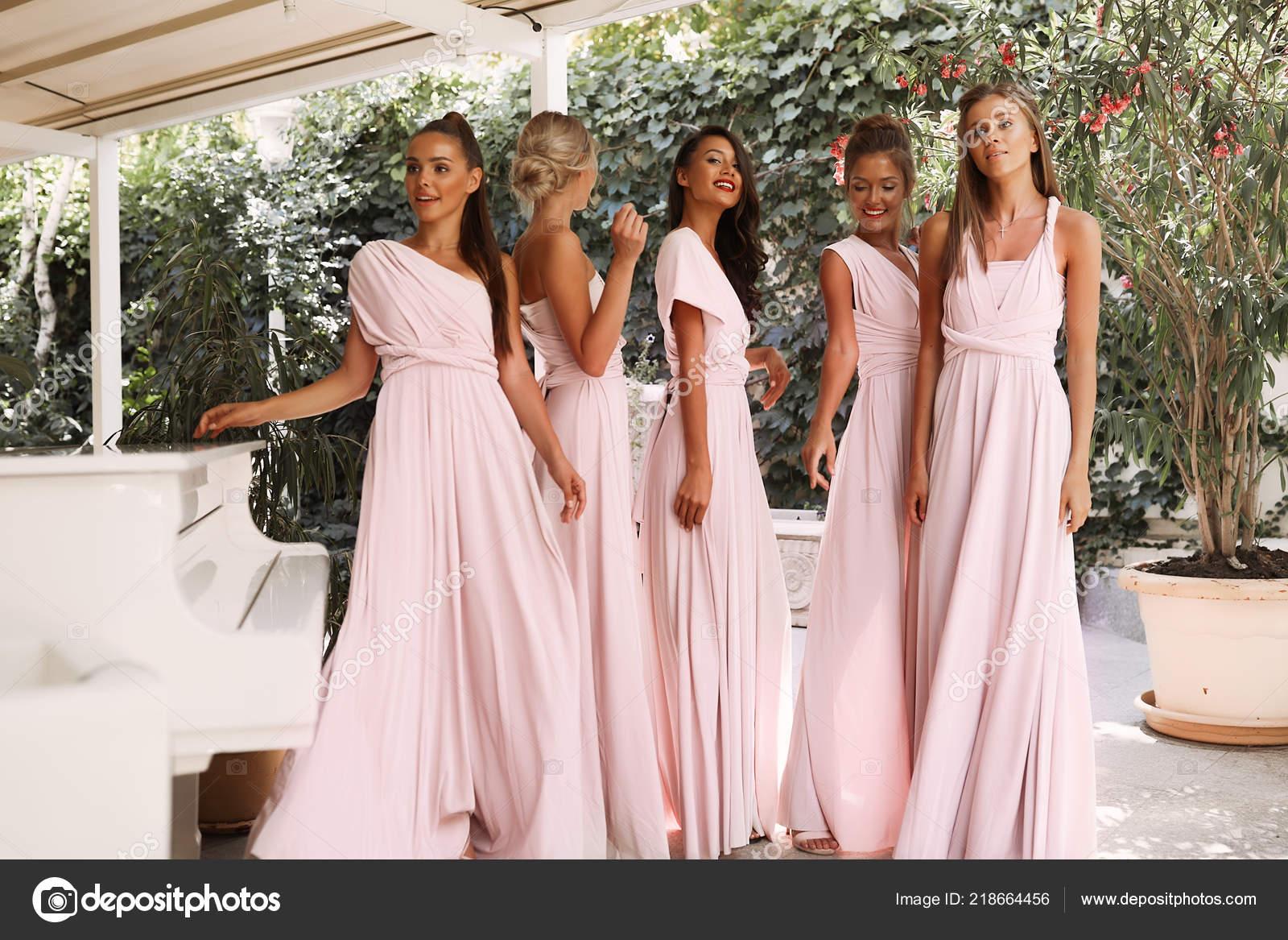 9fb4abca4645 Κορίτσια Silph Ελαφρύ Ροζ Φορέματα Στέκεται Κοντά Πιάνο Βεράντα Εστιατόριο–  εικόνα αρχείου