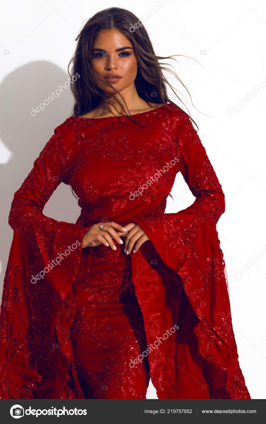Rode Jurk Met Mouwen.Mooie Stijlvolle Dame Rode Jurk Indoor Schieten Model Schoonheid