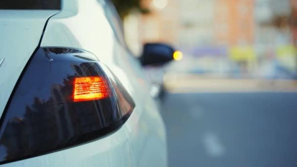 Bliká, reflektor bílé moderní auto, crash nehoda, zadní část, detail