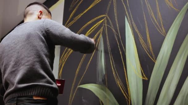 Graffiti umělec kreslení s barvou na zdi. Art nástěnné malby. Koncepce umění