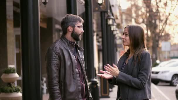 Podnikatelka úspěšně dosáhnout komerční zabývají vousatý muž, úspěšné řešení, třesoucíma se rukama partnery komunikovat.