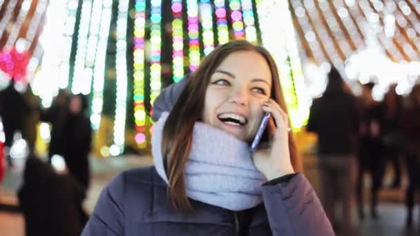Krásná dívka volá přátel na Silvestr s Blahopřeji, Vánoce a nový rok