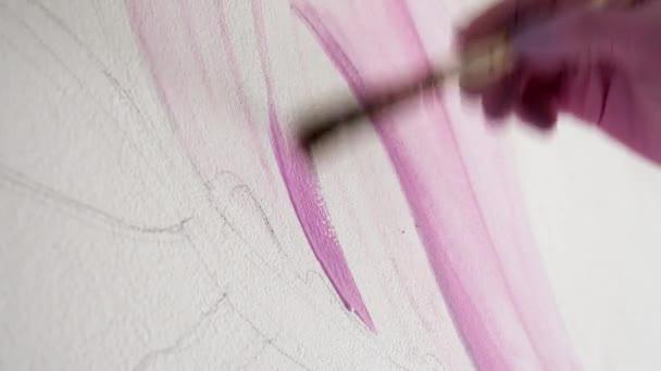 Detail umělec maluje růžové barvy na bílé zdi se štětcem