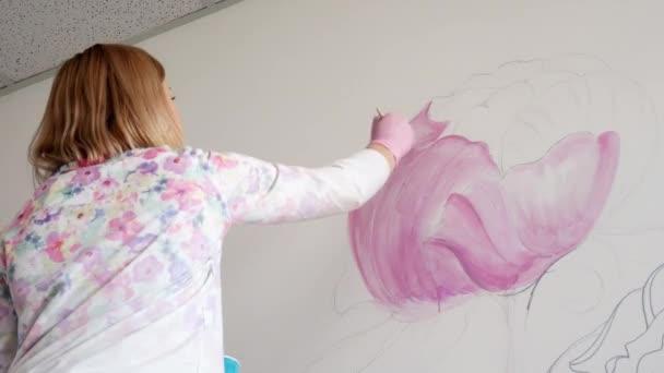 Künstlerin Malt Rosa Pfingstrose Blumen Auf Einer Weißen Wand