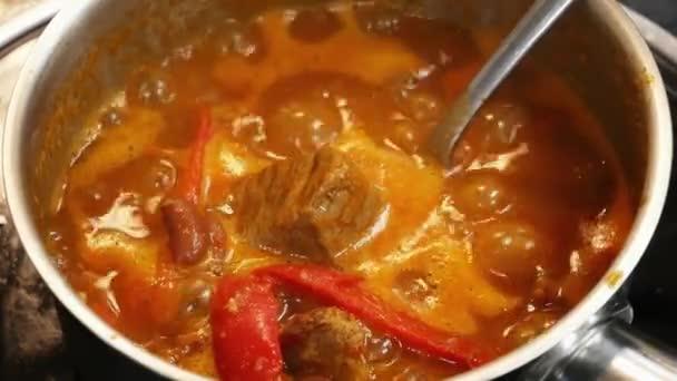 Maso v rajčatové omáčce v vroucí pánvi