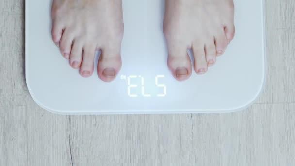 Felülnézet: női lábak a digitális intelligens mérlegek, a napi súlymérés