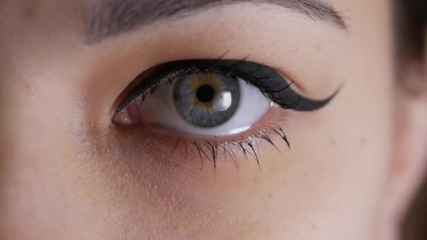 Augen-Iris schrumpft, Pupillen-Dilatation der Frau blaues Auge
