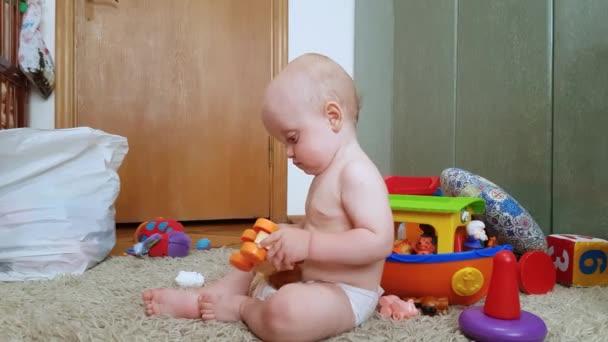 Chlapeček hraní s hračkami na podlaze
