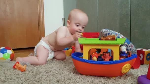 chlapec v plenka hraje na podlaze