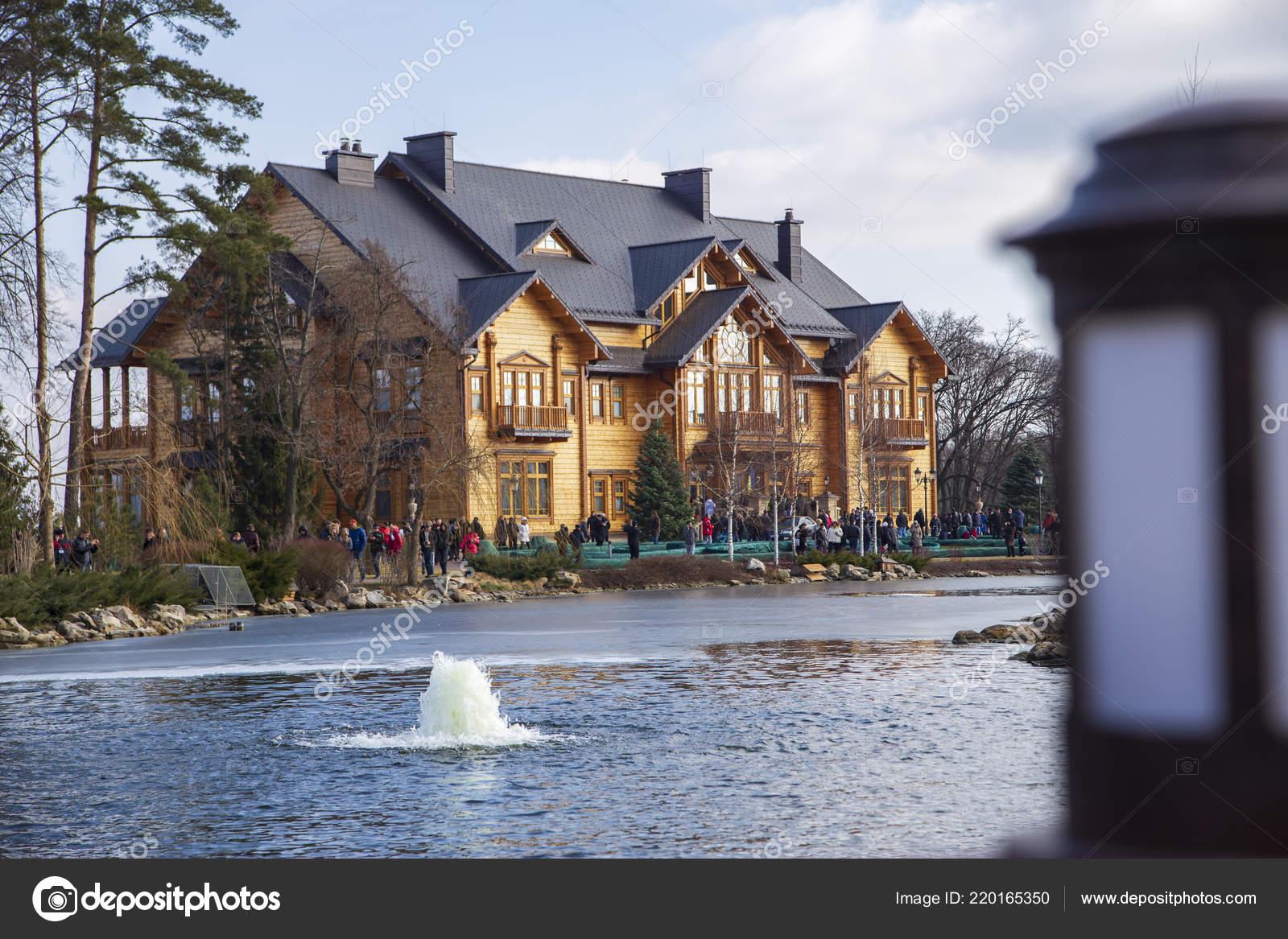 Casa Madera Honka Fondo Del Lago Con Una Fuente Parque Foto
