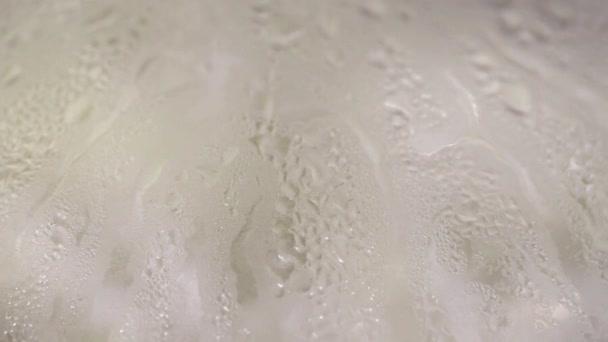 gocce di vapore flusso verso il basso il vetro
