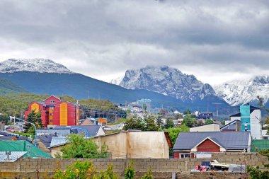 Ushuaia şehrinin ve karlı Martial sıradağlarının panoramik manzarası.