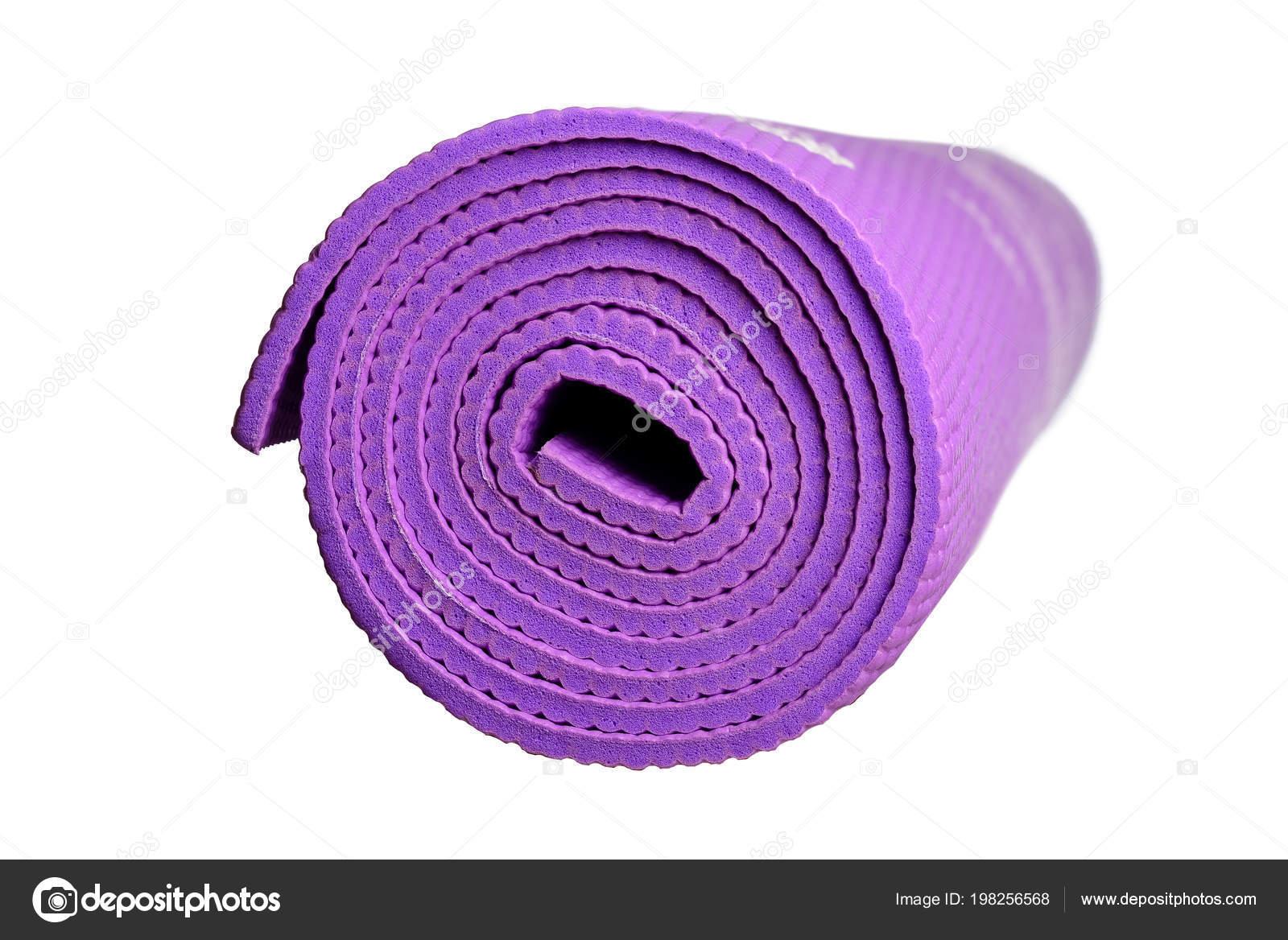 Tapis Yoga Violet Sur Fond Blanc Isolé — Photographie Cezar_KSV ...