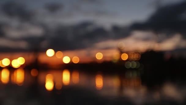 Panorama z terminálu v přístavu večer velké zrno. Obiloviny hromadné překládky na plavidlo v noci. Načítání zrnin na lodi z velké výtahy u nábřeží. Selektivní fokus a bokeh