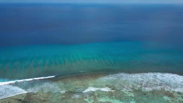 Letecký pohled na nekonečné tyrkysové azure Indického oceánu protaženým a surfování vln