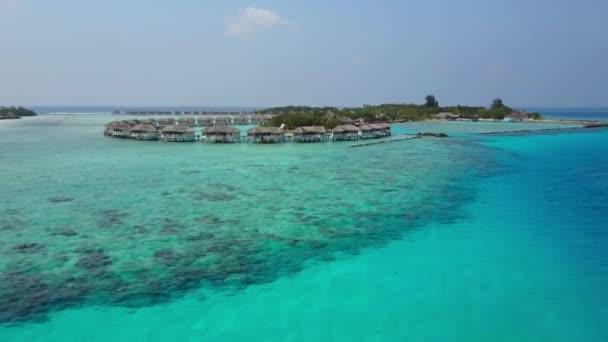 A légi felvétel a trópusi szigeten resort hotel a fehér homokos, pálmafákkal és a türkiz Indiai-óceánon, a Maldív-szigetek