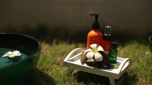 Spa kiegészítők és dekoráció: hidratáló, olajok, gyertya, törölköző, virágok, a trópusi sziget spa terápiás központ a Maldív-szigetek