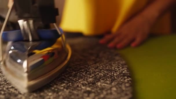 Detail švadlena ženy par látky Vlněné šaty a pomocí profesionální žehličky v krejčovské dílně. Ženská ruka drží železo a vyhlazuje látku v ateliéru. Módní návrhář pracoval ve studiu