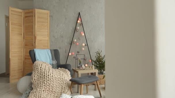 Stijlvolle kerst scandinavische interieur met een elegante fauteuil