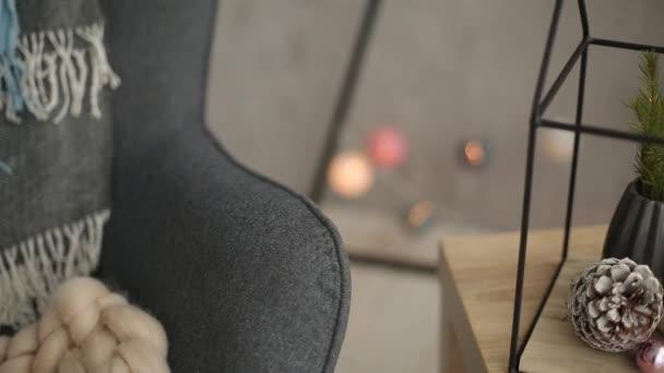 Stylové vánoční skandinávské detaily interiéru. Pohodlí s nordic silvestrovská výzdoba domů. Větve jedle vázy, dřevěná kostka kalendář s 31. prosince postavy a minimalistický vánoční strom