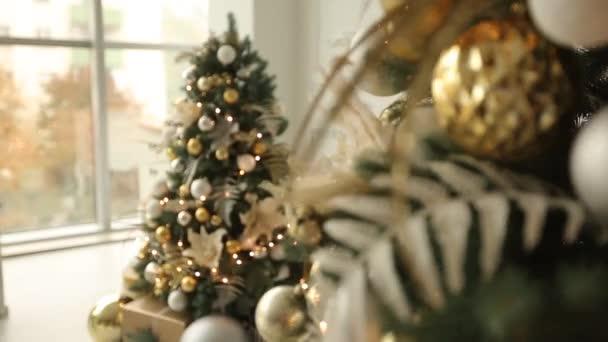 Witte Kerst Huis : Stijlvolle witte kerst interieur met versierde sparren open haard