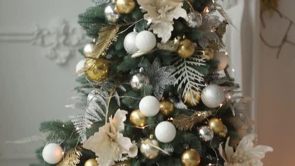 Stylový bílý novoročních design interiéru s zdobené jedle. Pohodlí domů s vánoční stromeček plný zlaté ozdoby, světel a girlandy a lampy.