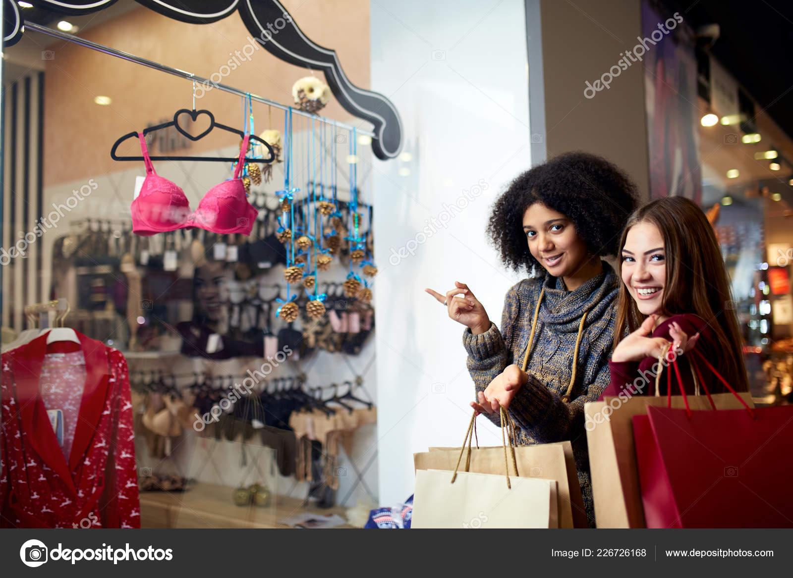 newest 8b9f7 4de32 Zwei glückliche multiethnischen junge Mischlinge Frau ...