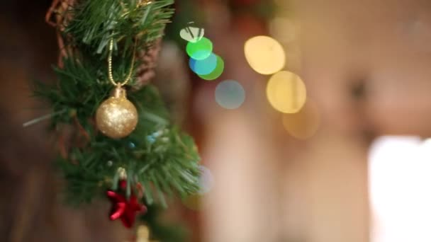 Mani delluomo appeso calza di Natale o calzino sopra camino decorato con colorate luci lampeggianti di garland e corona. Decorazione e preparazione di vacanze di Capodanno
