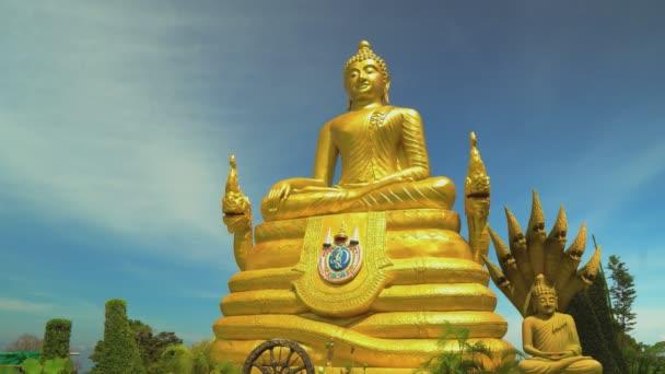 socha zlatého Buddhy. Asijské náboženské svatyně, cestování a turistiku. Buddhismus.