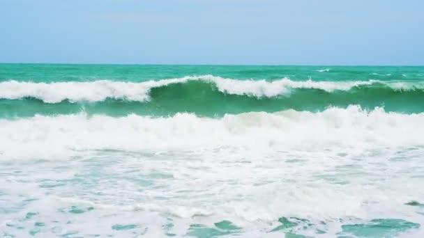 Mořské vlny za slunečného dne