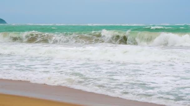 Lassú mozgás, egy trópusi szigeten a tengeri hullámok
