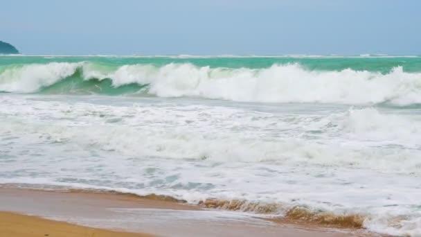 Zpomalený pohyb, moře-vlny na pobřeží tropického ostrova, ráj