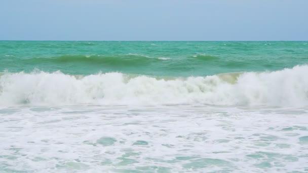 Zpomalený pohyb, moře-vlny na tropické pláži