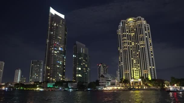 obchodní centrum na noc, výškové budovy na břehu řeky. mrakodrapy