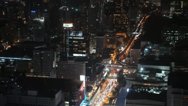 Großstadtansicht auf. Wolkenkratzer und Autos. Nachtleben einer Megastadt.