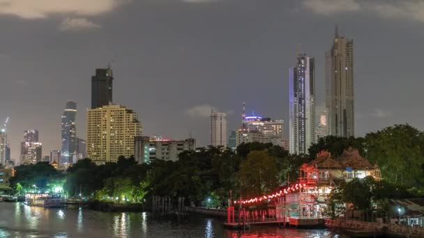 Timelapse mrakodrapů v centru soumraku a řeka v popředí