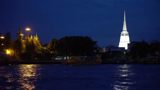 Noční světla výhled z řeky, panoráma v soumraku skyline