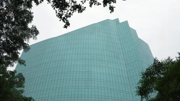 Moderní kancelářská budova architektury, vysoké skleněné mrakodrap ve dne na pozadí oblohy