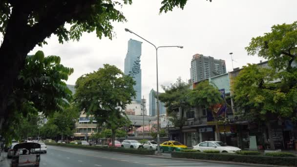 Verkehr an einer großen Straße in der Innenstadt, Stadtbild mit Wolkenkratzern an der Skyline