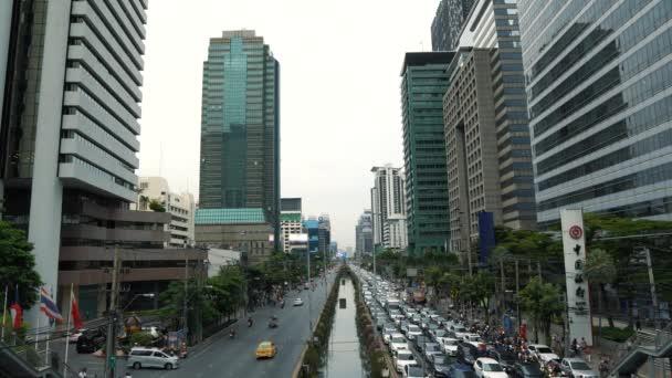 Dopravní zácpa na avenue v centru města ve špičce, denní panoráma